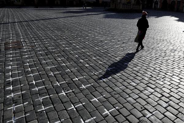 Biele kríže na dlažbe Staromestského námestia v Prahe ako spomienka na obete pandémie.