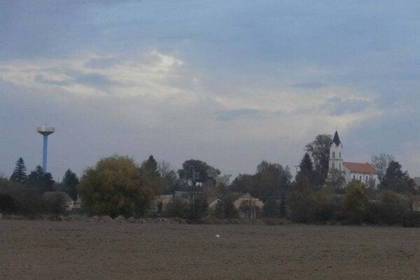 Pohľad na Holišu. Vľavo vidieť vodojem z roku 2010.