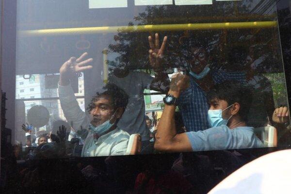 Autobus s prepustenými ľuďmi, ktorí boli zadržaní počas protestov v Mjanmarsku.