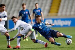 Juraj Kucka (vpravo) v zápase Cyprus - Slovensko, kvalifikácia na MS vo futbale 2022.