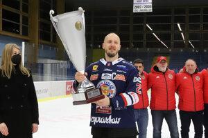 Radovan Puliš s pohárom Dušana Pašeka za víťazstvo v základnej časti