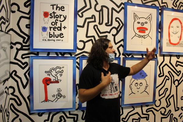 Martin Cubjak, riaditeľ Múzea moderného umenia v Medzilaborciach pri sprevádzaní výstavou Keitha Haringa v Medzilaborciach