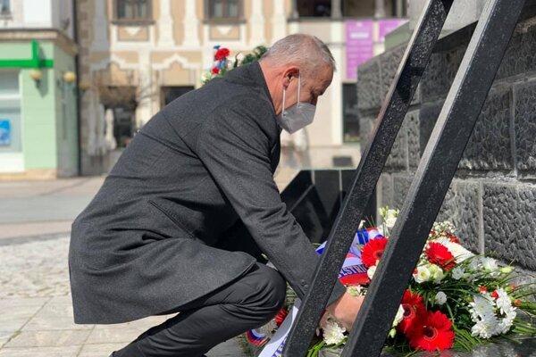 Kyticu položil k obelisku aj primátor Ján Nosko