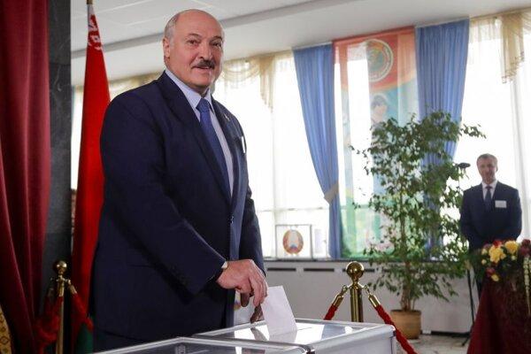 Bieloruský prezident Alexandr Lukašenko hádže do urny svoj hlas počas hlasovania v prezidentských voľbách vo volebnej miestnosti v Minsku 9. augusta 2020.