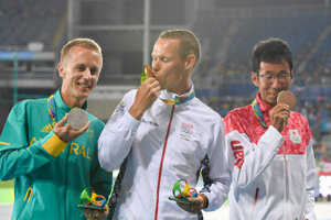 Austrálsky atlét Jared Tallent, slovenský atlét Matej Tóth a japonský atlét Hirooki Arain počas medailového ceremoniálu v chôdzi mužov na 50 km na letných OH 2016 v Riu de Janeiro.