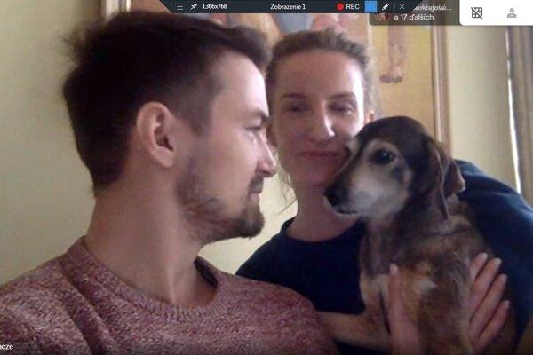 Manželia Vinczeovci ukázali cez online rozhovor siedmakom aj ich psíka Mini.