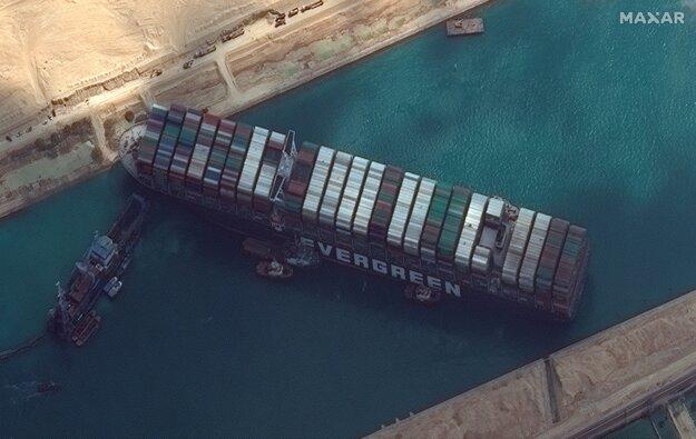 Na satelitnej snímke nákladná loď MV Ever Given je uviaznutá v Suezskom prieplave pri egyptskom meste Suez 28. marca .
