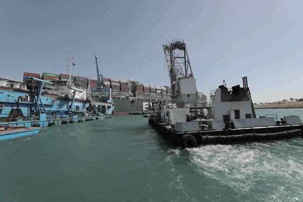 Loď Ever Given stále blokuje Suezský prieplav a nedarí sa ju uvoľniť.