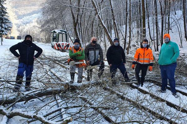 Dobrovoľníci odstraňovali v uplynulých mesiacoch popadané stromy z detskej železničky. Časť nachystaného dreva zmizla.