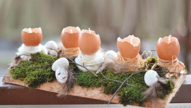 Veľkonočné dekorácie s kvetmi a vajíčkami