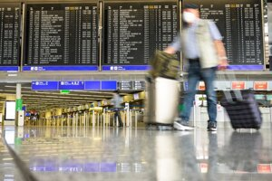 Muž kráča po prázdnej prĺetovej hale na letisku vo Frankfurte nad Mohanom.