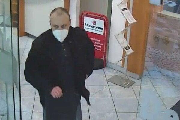 nterpol Viedeň spolu so slovenskou políciou pátrajú po mužovi, ktorý v stredu 17. marca približne o 17:29 vylúpil banku v rakúskom Linzi. Páchateľ bol ozbrojený revolverom a na tvári mal respirátor FFP2. Zbraňou prinútil zamestnancov odovzdať hotovosť a následne z miesta činu ušiel.