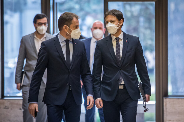 vľavo predseda vlády SR Igor Matovič a vpravo minister financií SR Eduard Heger (obaja OĽaNO)  prichádzajú na rokovanie 87. schôdze vlády SR.