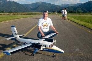 Miroslav Oravec s maketou lietadla DHC-6 Twin Otter v markingu amerických vzdušných síl na letisku Gôtovany (leto 2021). Model má rozpätie 2080 mm, hmotnosť 5,5 kg. Je vybavený silnými pozičnými svetlami, telemetriou a zvukovým modulom imitujúcim chod turbovrtuľových motorov a komunikáciu posádky lietadla s vežou letiska.