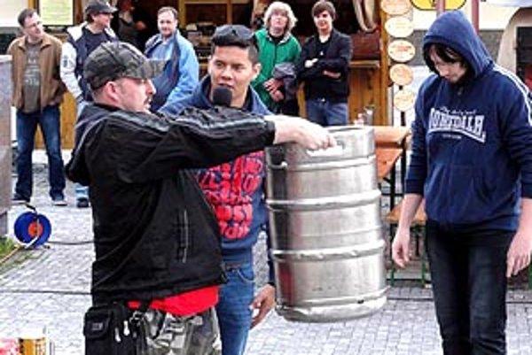 Vtipné súťaže spestrili pivné pochodovanie Nitrou.