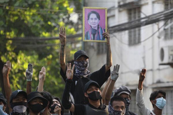 Demonštrácie proti vojenskému puču v Mjanmarsku trvajú už od začiatku februára.