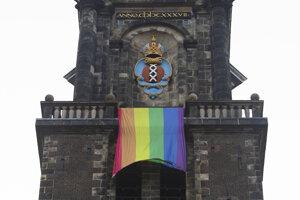 Veľká dúhová vlajka visí zo zvonice pri príležitosti 20. výročia prvého legalizovaného manželstva osôb rovnakého pohlavia v holandskom Amsterdame.