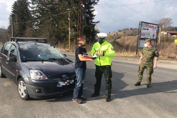 Polícia kontroluje dodržiavanie opatrení.