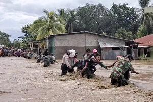 Polícia a vojaci pomáhajú ľuďom zo zaplavených oblastí.