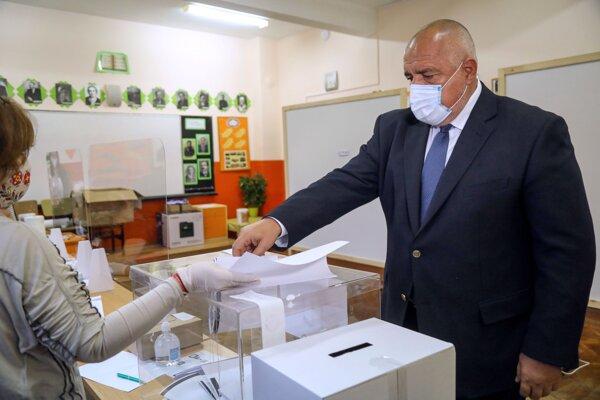 Bulharský premiér Bojko Borisov hlasuje v parlamentných voľbách 2021.