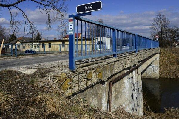 Cestný most pri Hrabušiciach nahlodal zub času.