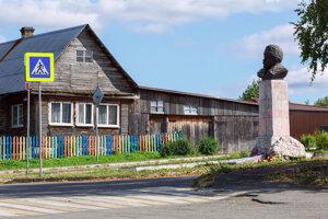 Typický drevený dom v obci Visim v Sverdlovskej oblasti.