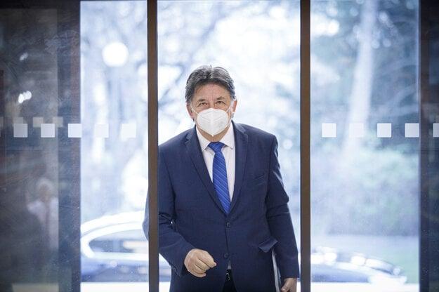 Minister životného prostredia SR Ján Budaj počas príchodu na rokovanie vlády.