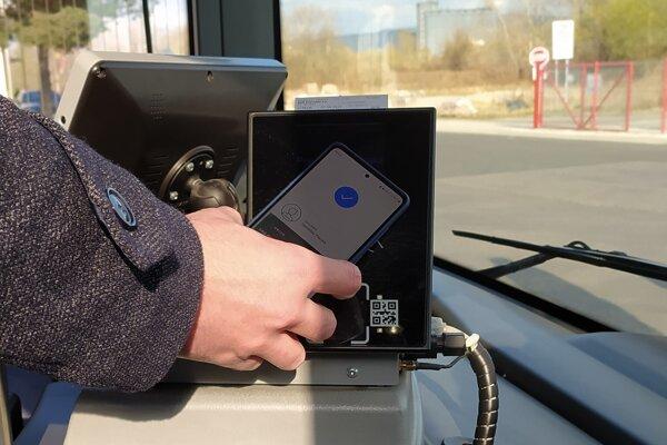 Za lístkom v autobuse po novom môžeme zaplatiť aj mobilom.