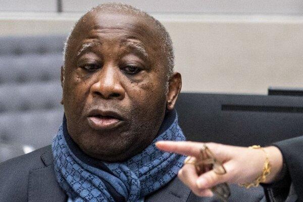 Bývalý prezident Pobrežia Slonoviny Laurent Gbagbo sleduje počítač v súdnej sieni Medzinárodného trestného súdu v holandskom Haagu 6. februára 2020.