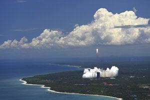 Štart rakety Dlhý pochod-5 z kozmodromu Wenčang na ostrove Hainan.