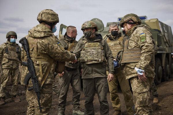 Ukrajinský prezident Volodymyr Zelensky navštívil vojakov na východe krajiny.