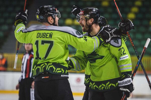 Jakub Cíger (vpravo) sa raduje z vyrovnávajúceho gólu.