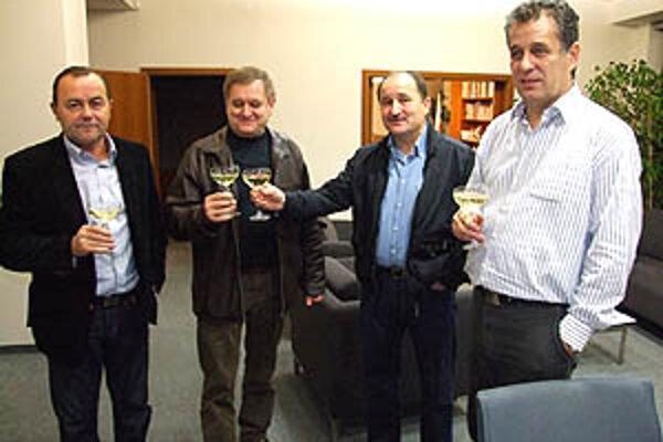 Archívna snímka zo župných volieb v roku 2009. Zástupcovia slovenskej koalície – zľava Glenda, župan Belica, Galbavý, Dvonč, chýba zástupca KDH.