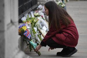 Pred Buckinghamský palác  položilo kvety množstvo ľudí.