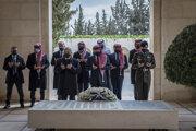 Kráľovská rodina pri hrobe zosnulého kráľa Husajna
