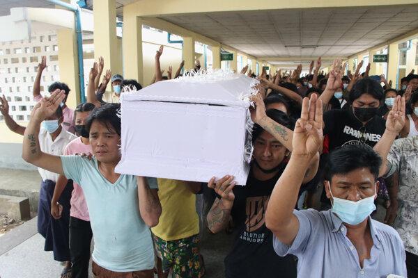 Ľudia nesú rakvu muža, ktorý zahynul počas zrážok s príslušníkmi bezpečnostných síl na proteste v Mjanmarsku.