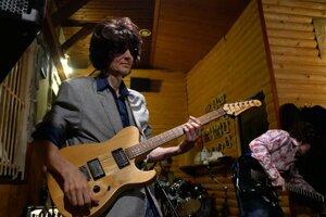Ľubor Benkovič počas vystúpenia kapely Captain Slice.