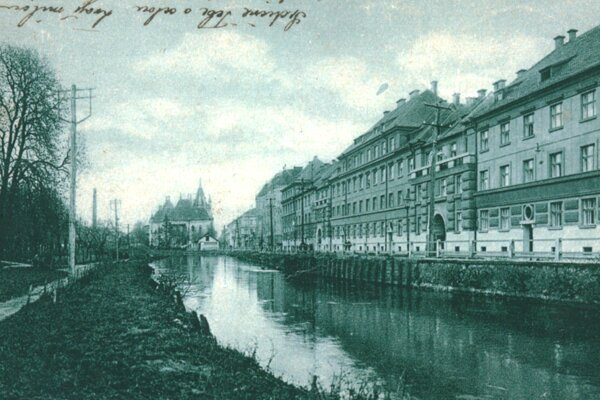 Breh Mlynského náhonu medzi Vodnou a Mlynskou ulicou.