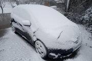 Len pred týždňom na východe takto nasnežilo a po príjemnom teplom víkende sa zas vracia zima.
