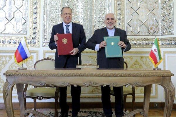 Iránsky minister zahraničných vecí Mohammad Džavád Zaríf a ruský šéf diplomacie Sergej Lavrov po rokovaní v Teheráne.