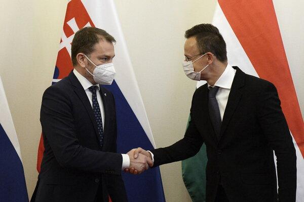 Maďarský minister zahraničných vecí Péter Szijjártó (vpravo) a slovenský podpredseda vlády a minister financií Igor Matovič počas stretnutia v Budapešti 9. apríla 2021.