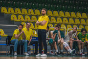 Lavička Levických Patriotov vpopredí strénerom Ľubomírom Madzinom.