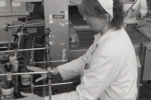 Foto z roku 1994: superkontrolou správnosti plnenia je Oľga Glembová