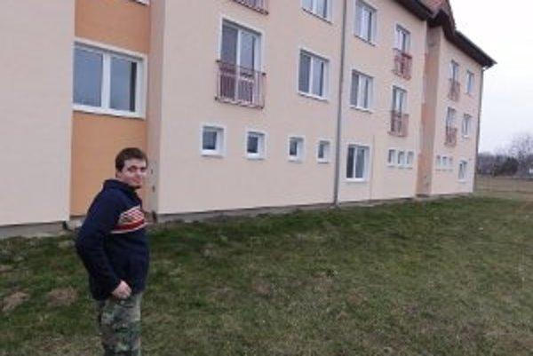 Adam Urban pred obecnou bytovkou, ktorá niektorým obyvateľom Šurianok strpčuje život.