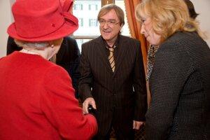 Meky Žbirka pri stetnutí s britskou kráľovnou v novembri 2008 v Bratislave.