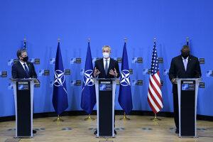 Generálny tajomník NATO Jens Stoltenberg, šéf americkej diplomacie Anthony Blinken a americký minister obrany Lloyd Austin však na spoločnej tlačovej konferencii v Bruseli