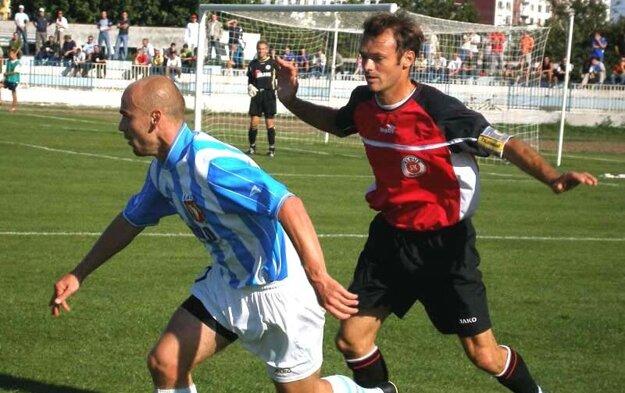 Zápasy proti Eldusu Močenok mávali grády. Za Štefan Lalákom kapitán súpera Radovan Paľo.