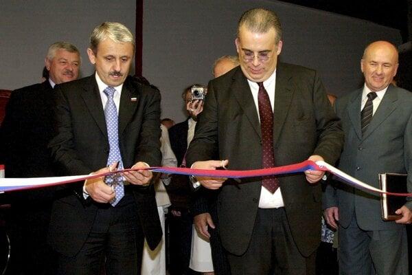 Závod Bodet & Horst  v máji 2006 slávnostne otváral Mikuláš Dzurinda (na snímke vľavo). Vedľa neho je konateľ a majiteľ spoločnosti Gerhard Horst a riaditeľ Ján Vehovský.