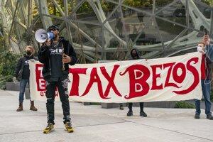 Bývalý zamestnanec Amazonu Christian Smalls hovorí k demonštrantom pred centrálou firmy v americkom Seattli v novembri minulého roka. Protest sa zišiel pri príležitosti krátenia miezd v dôsledku pandémie.