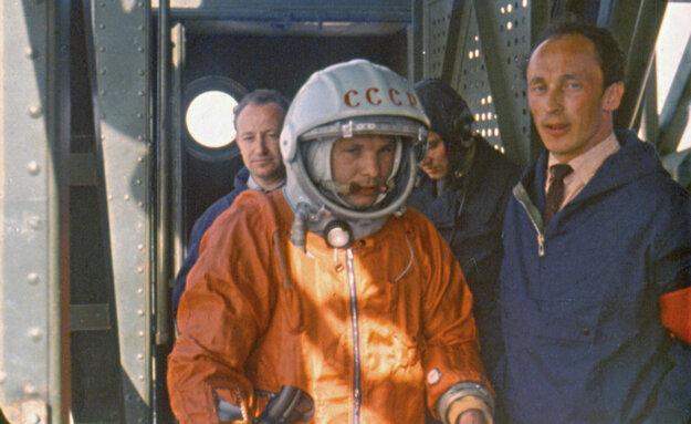 Jurij Gagarin pred odletom do vesmíru v kozmickej lodi Vostok.